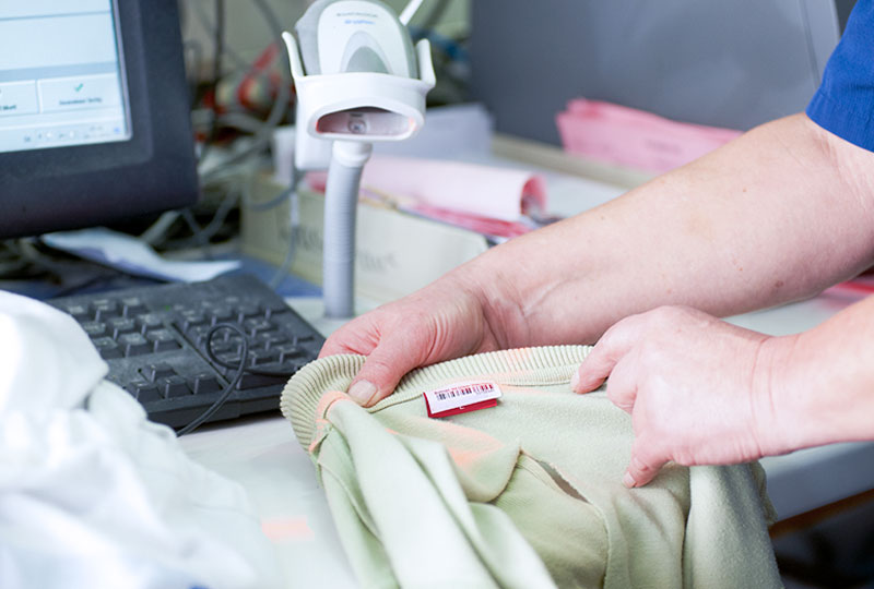 Die Wäsche wird von der Wäscherei Bohnet mit EAN-Codes versehen und personalisiert