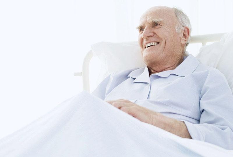 Das Kleidungsrepertoire der Wäscherei Bohnet umfasst auch Patientenkleidung