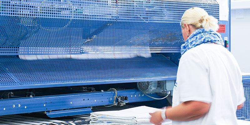 Moderne Nähmaschine der Wäscherei Bohnet