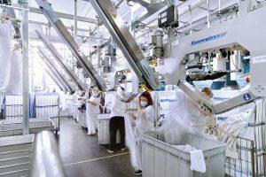 Mitarbeiter an den sechs Aufhängestationen des neuen Finishers